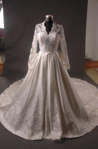 Source: http://commons.wikimedia.org/wiki/File:Kate_Middleton_Royal_Dress_Replica_-_Full_Front.jpg